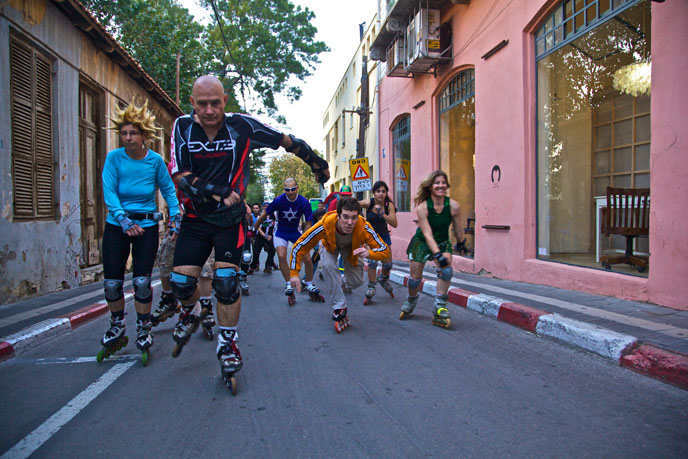 Israeli rolelrbladers ride through the Neve Tzedek neighborhood of Tel Aviv. (Photo by Doron Horowitz/ FLASH90)