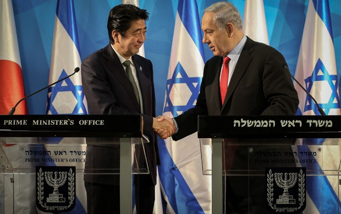 """There is no reason for Japan, which places innovation as an engine of economic growth, not to cooperate with Israel."" Japanese Prime Minister Shinzo Abe and Prime Minister Benjamin Netanyahu in Jerusalem today. (Photo by Amit Shabi/POOL/FLASH90)"