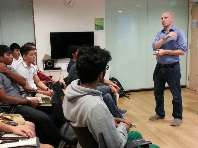Startup East founding partner Amos Avner speaking with NUS students about entrepreneurship in Israel.