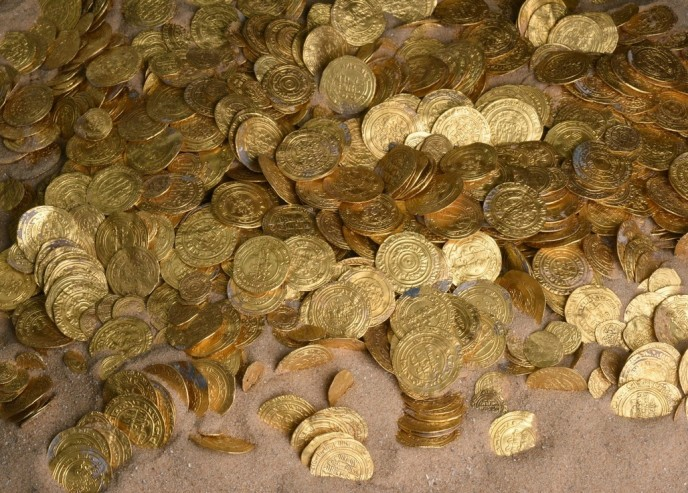 The coins, despite being at the bottom of the sea for some a thousand years, are in excellent condition. (Photo: Clara Amit, courtesy of the Israel Antiquities Authority
