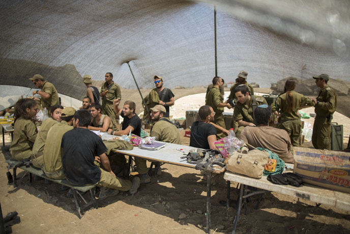 Israeli soldiers could soon be eating lentil burgers and soy-based products out in the field. (Photo by Yonatan Sindel/Flash90)