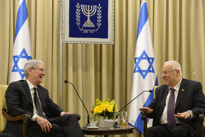 Apple CEO Tim Cook shares a laugh with President Reuven Rivlin in Jerusalem. (Flash 90)