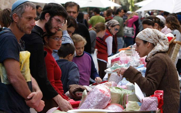 Shoppers throng to the Bezalel street fair. Photo by Miriam Alster/FLASH90