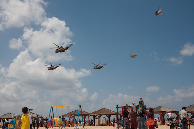 Tel Aviv beachgoers enjoying last year's IAF flyover. Photo by Sarah Schuman/Flash90