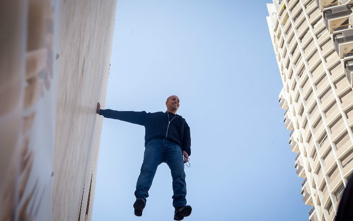 "Israeli magician/illusionist Hezi Dean ""hanging"" on the walls of Dizengoff Center in Tel Aviv on March 22, 2015. Photo by Amir Levy/FLASH90"