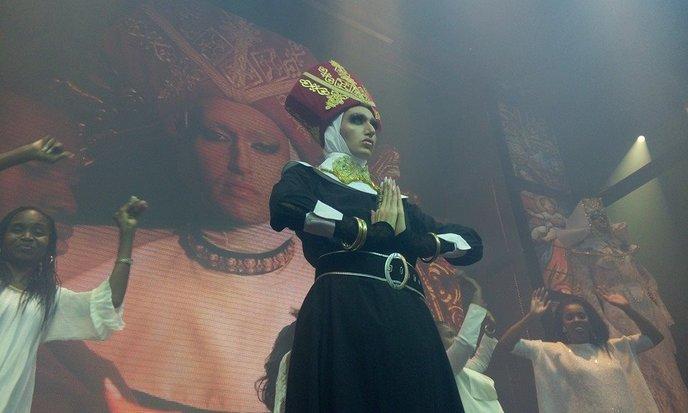 Nona Chalant (Ronny Chokron) in performance. (Photo: Guy Danieli)