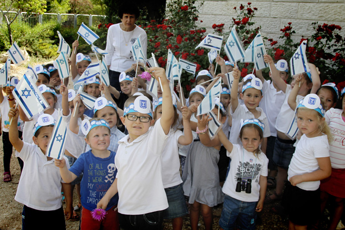 Waving the Israeli flag for Independence Day. (Photo by Gershon ELinson/FLASH90)