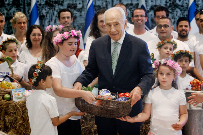 Farming families present their dairy and produce to then-President Shimon Peres for Shavuot 2014. Photo by Miriam Alster/FLASH90