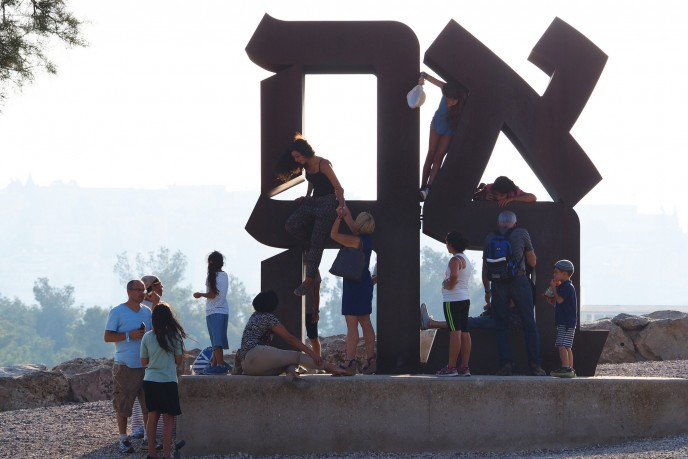 Take a selfie at the love sculpture at the Israel Museum in Jerusalem. Photo courtesy of Jerusalem Municipality