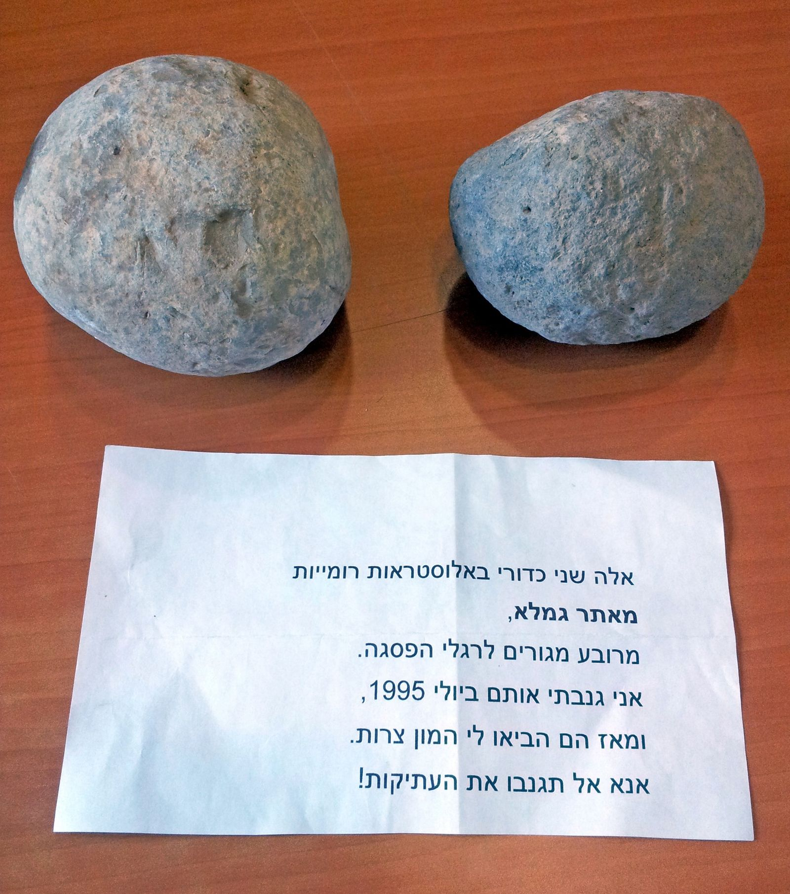 The ballista balls and the accompanying note left at the Museum of Islamic and Near Eastern Cultures. Photo by Dalia Manor
