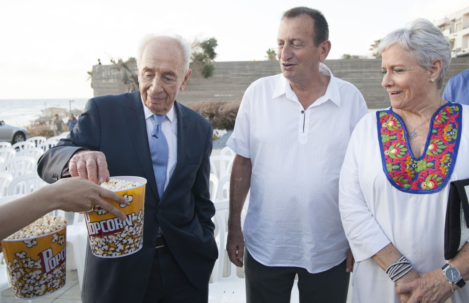 """Former President Shimon Peres and Tel Aviv Mayor Ron Huldai hosted about 1,000 people at """"White Night at the Peres Center for Peace,"""" opening the evening with popcorn and a movie on the beach in Jaffa. Photo courtesy of Peres Center for Peace"""