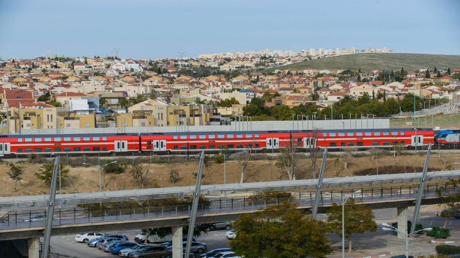 An Israel Railways train passes next to Beersheva's Mexico Bridge. Photo by Dani Machlis/BGU