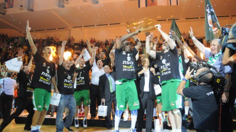 Maccabi Haifa players celebrating their victory over Maccabi Tel Aviv in 2013. Photo by Omri Shtain/Maccabi Haifa