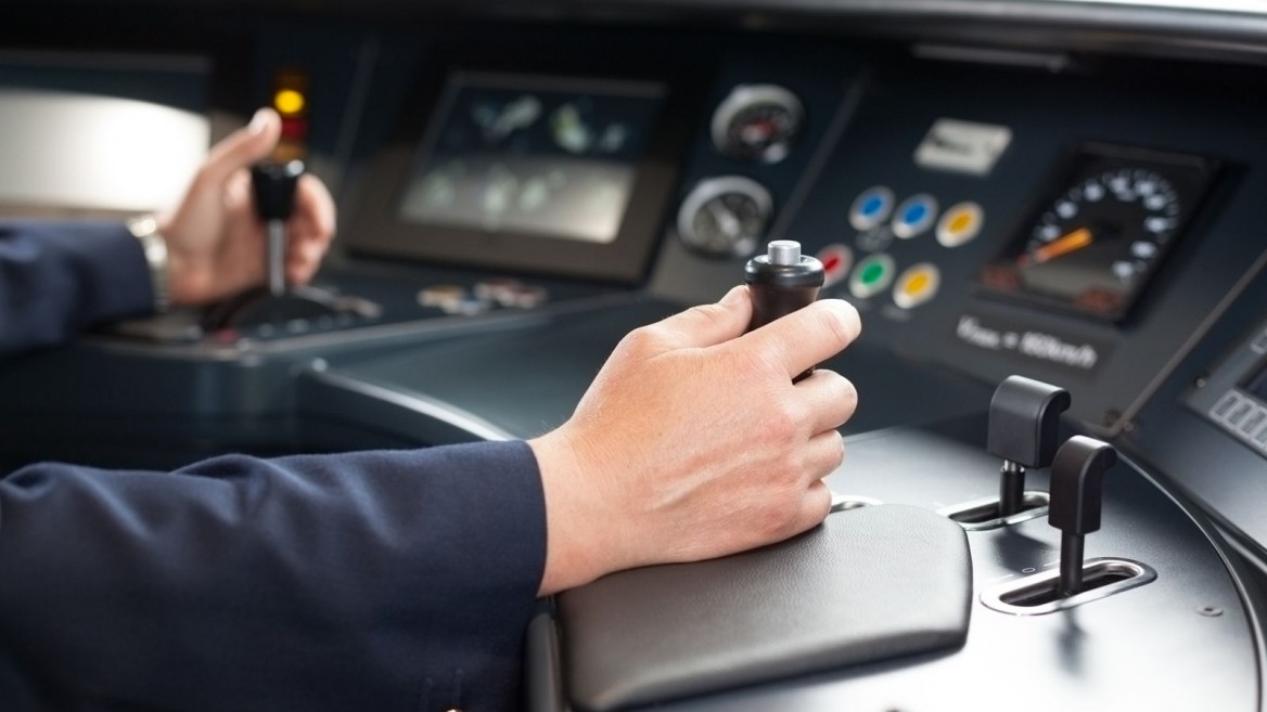 Helping locomotive drivers see around the bend. Image via Shutterstock.com