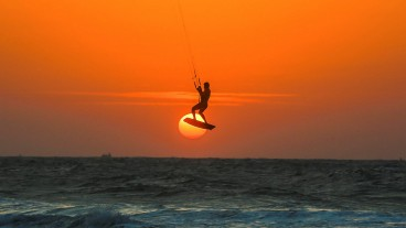 Kite surfers in Ashkelon. Photo by Edi Israel/Flash90