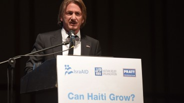 Sean Penn speaking at the IsraAID conference in Tel Aviv on Nov. 30, 2015. Photo by Ben Kelmer/IsraAID