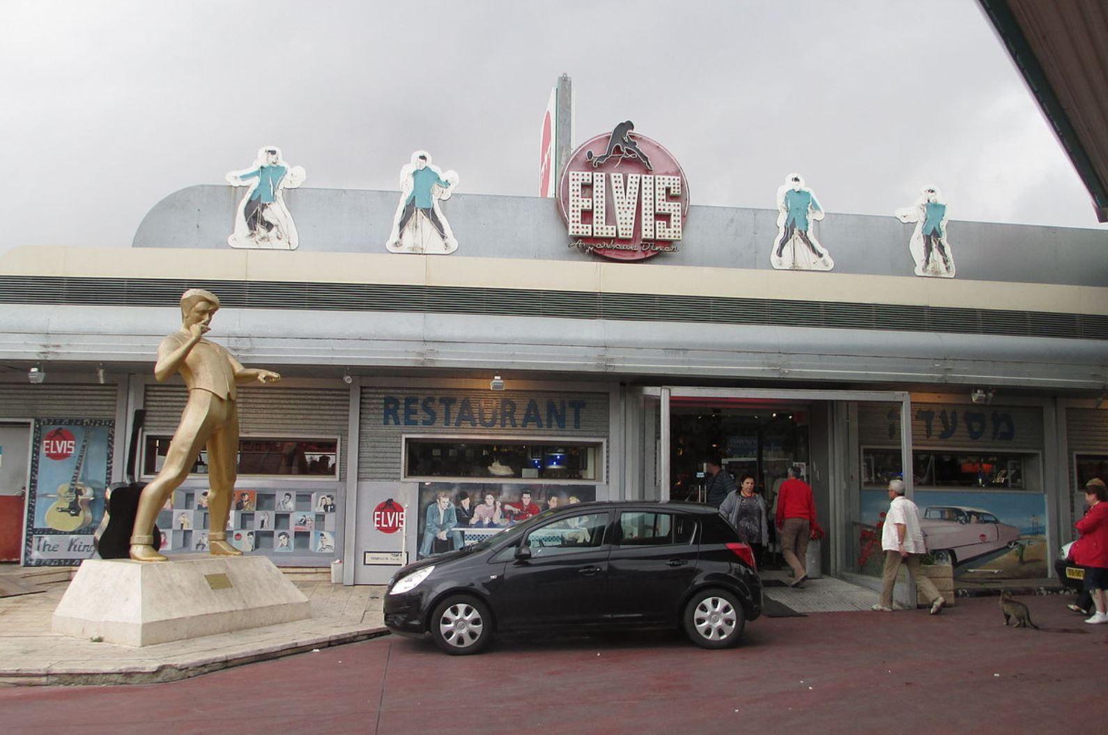 Photo of Elvis Inn via Wikimedia Commons.