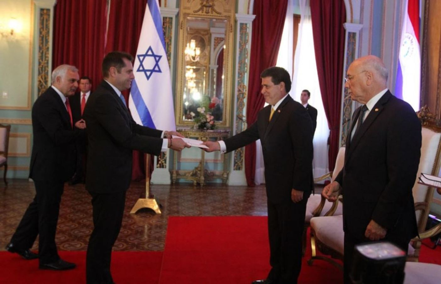 Israeli ambassador to Paraguay Peleg Lewi submitting the charter to reopen the Israeli embassy to President Horacio Cartes on July 27, 2015. Photo courtesy of Dirrección de Informática/SICOM Paraguay