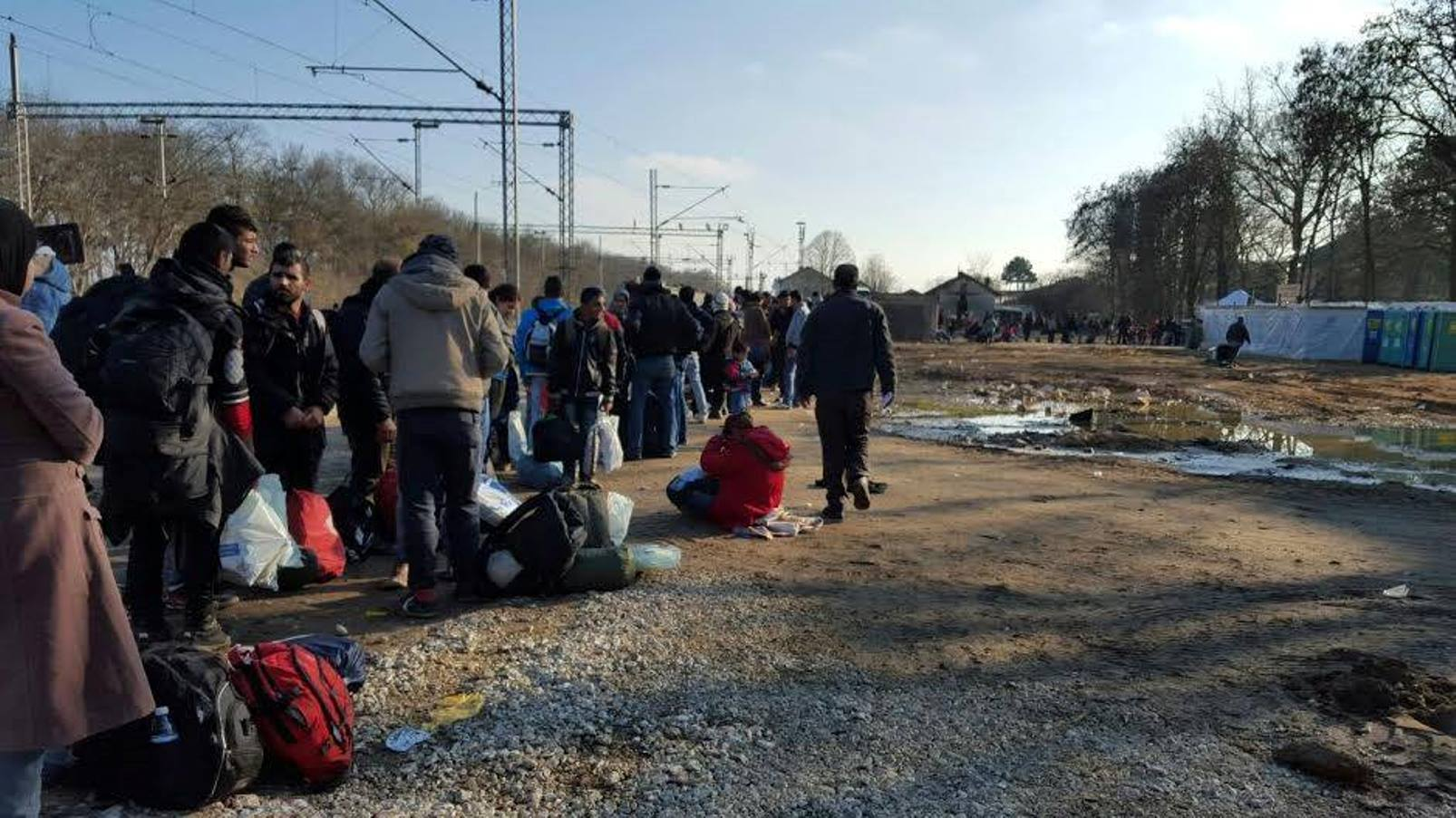Refugees lining up for treatment at the Natan clinic in Serbia. Photo via Facebook