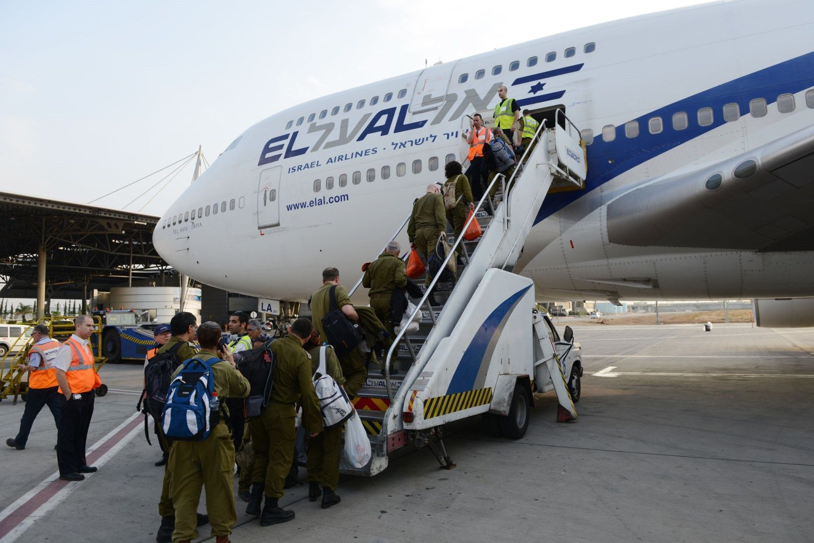 IDF rescue workers boarding an airplane to the Philippines on November 13, 2013. Photo by IDF Spokesperson/FLASH90