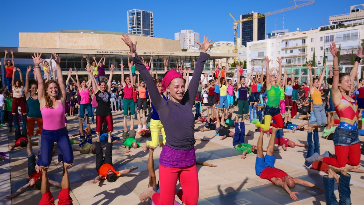 Acro-yoga flash mob in Tel Aviv. Photo by Eyal Bar