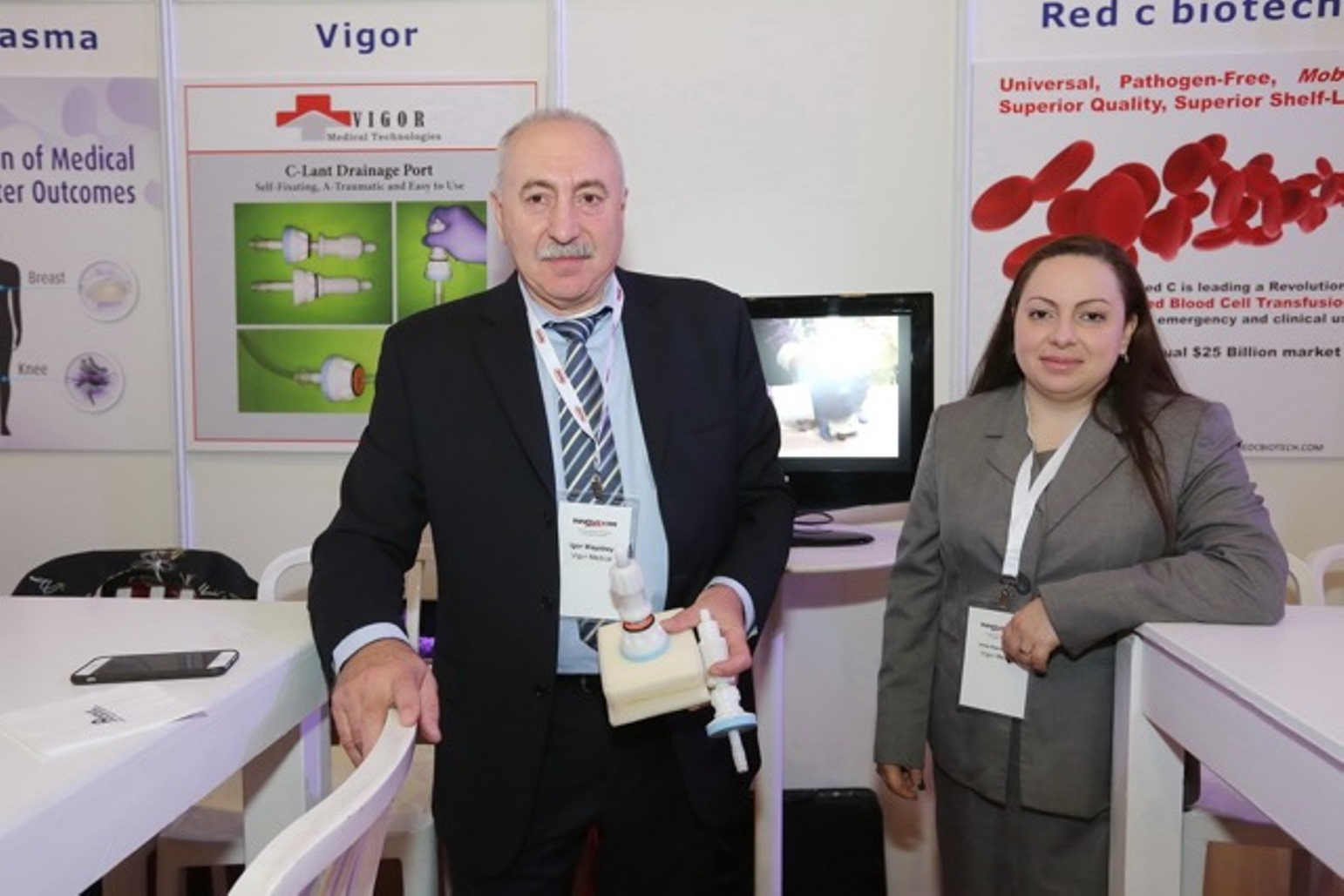 Irina Kavounovski and Igor Vaysbeyn demonstrate their device for emergency treatment of chest trauma. Photo: courtesy