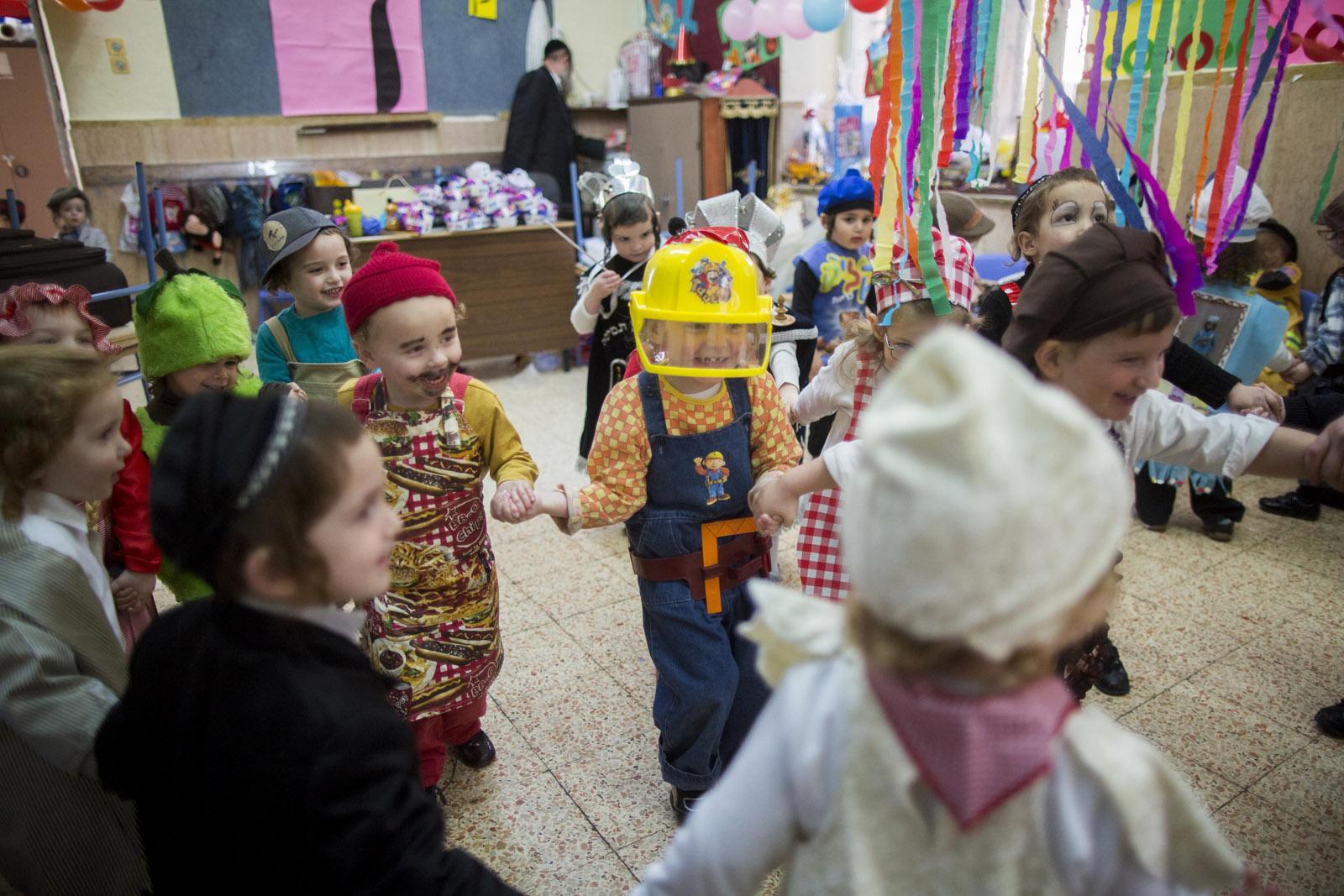 Kindergarten children dressed up for Purim. Photo by Yonatan Sindel/FLASH90