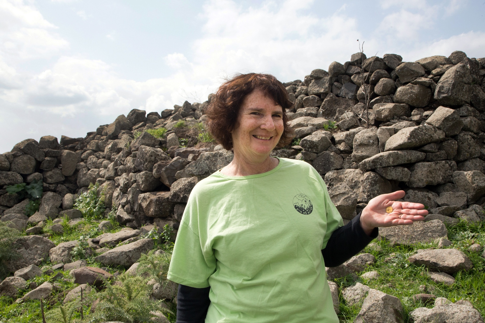 Laurie Rimon with the coin she found. Photo by Samuel Magal/Israel Antiquities Authority