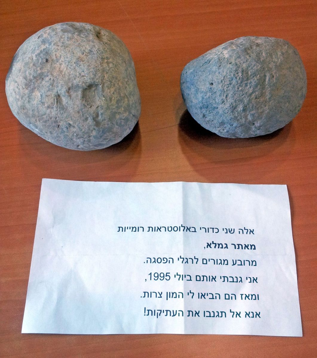 The stolen ballista balls and the accompanying note left at the Museum of Islamic and Near Eastern Cultures. Photo by Dalia Manor