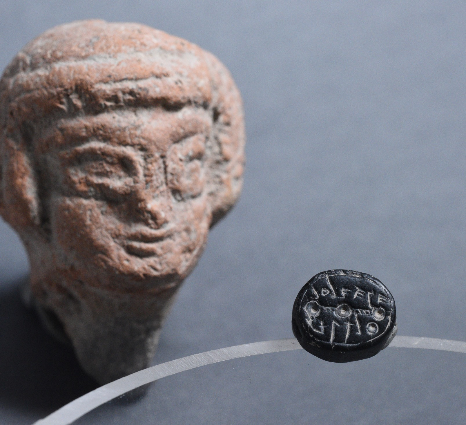 The Elihana seal shown with a figurine of a woman from the First Temple period, which symbolized fertility and was also exposed in the Giv'ati parking lot