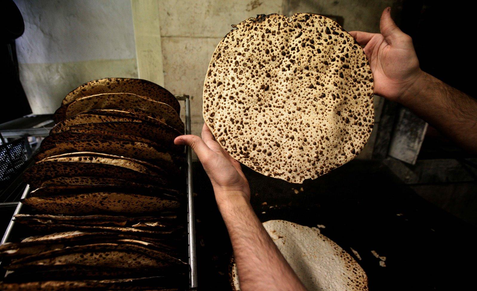 Handmade shmura matzah in Jerusalem. Photo by Abir Sultan/FLASH90