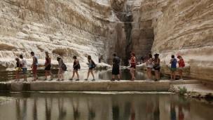 Tourists visiting Ein Avdat Nature Reserve near Kibbutz Sde Boker. Photo by Yaakov Naumi/Flash90