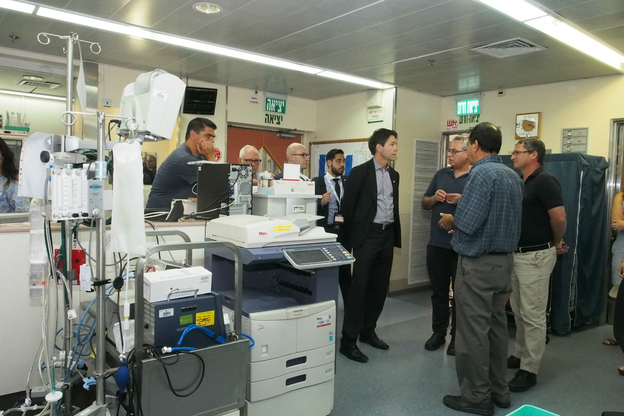 Health Minister Hoskins in the pediatric intensive care unit at Wolfson Medical Center in Holon. Photo by Sheila Shalhevet
