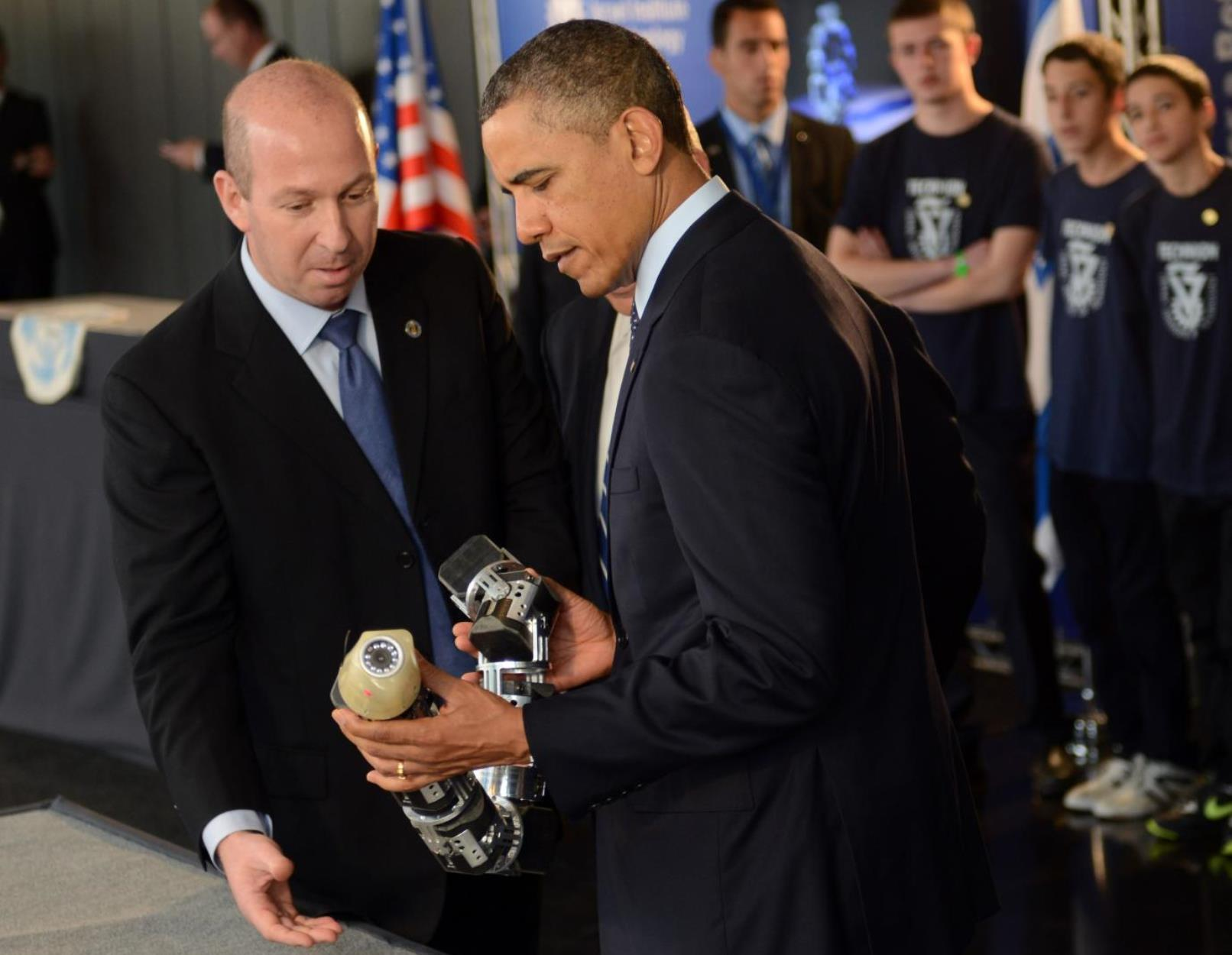 Prof. Alon Wolf showing the snake robot to President Obama at the Technion in 2013. Photo by Kobi Gideon/GPO