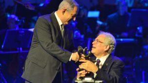 Prime Minister Netanyahu presenting the Genesis Prize ot Itzhak Perlman. Photo by Koby Gideon/GPO  Photo by Kobi Gideon / GPO
