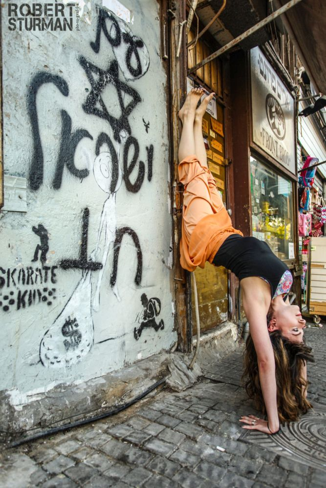 Robin Yaakov doing yoga on a Tel Aviv street. Photo by Robert Sturman