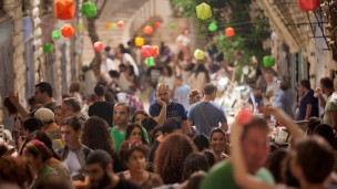 Israelis enjoy the annual summer Arts and Crafts Fair in Jerusalem. Photo by Yonatan Sindel/FLASH90