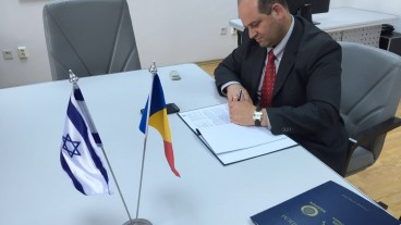 Hagihon CEO Zohar Yinon signing the agreeements in Bucharest. Photo by Andrei Mainea