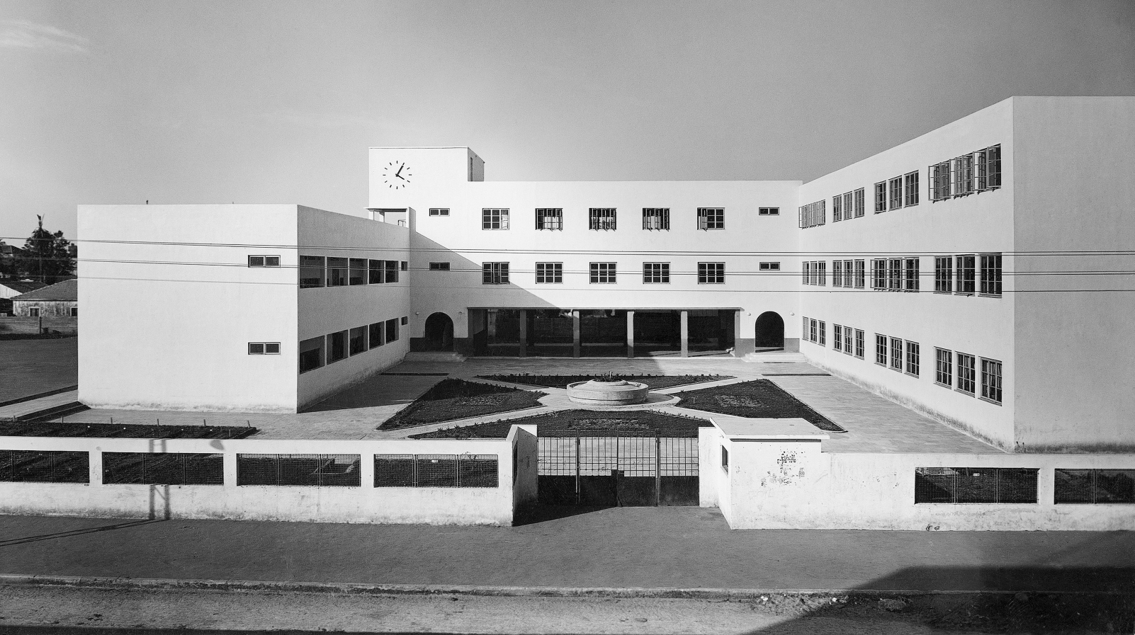 The Bialik School in Tel Aviv was built in the 1930s by Yaacov Shiffman (Ben Sira). Photo from the Kalter Collection