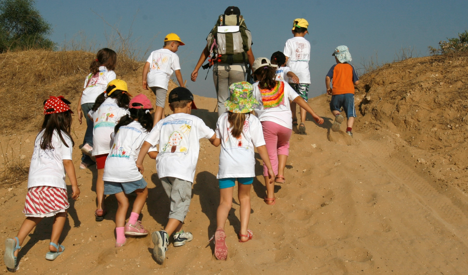 Israeli preschoolers hiking in Ashdod in the summertime. Photo by Nati Shohat/FLASH90
