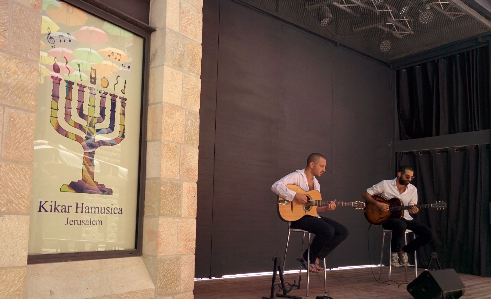 Musicians entertaining the lunchtime crowd at Piccolino in Music Square, Jerusalem. Photo by Abigail Klein Leichman