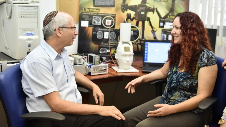 Technion doctoral student Hadas Ziso and her supervisor Professor Moshe Shoham, head of the Medical Robotics Laboratory at the Faculty of Mechanical Engineering. Photo courtesy