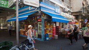 Walking in Tel Aviv. Photo by Miriam AlsterFLASH90