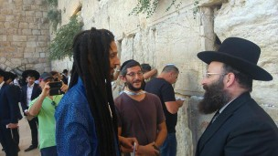 Julian Marley chats with Rabbi of the Western Wall Shmuel Rabinovitch in Jerusalem. Photo via Ynet