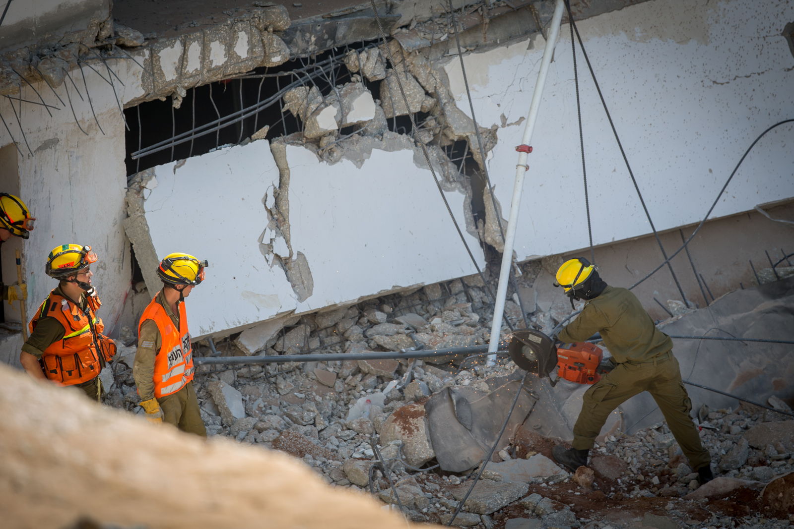 Rescue workers race against time to save construction workers trapped under the rubble and sand of the collapsed Tel Aviv parking garage. Photo by Yonatan Sindel/Flash90