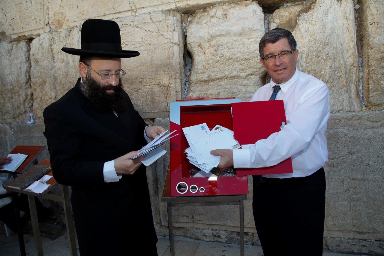 Rabbi Shmuel Rabinowitz, left, looking over letters brought by Israel Post Director General Danny Goldstein to the Western Wall. Photo by Ran Dickstein
