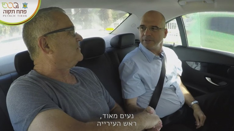 Petah Tikva Mayor Itzik Braverman, right, talking with a resident in a screen shot from the video.