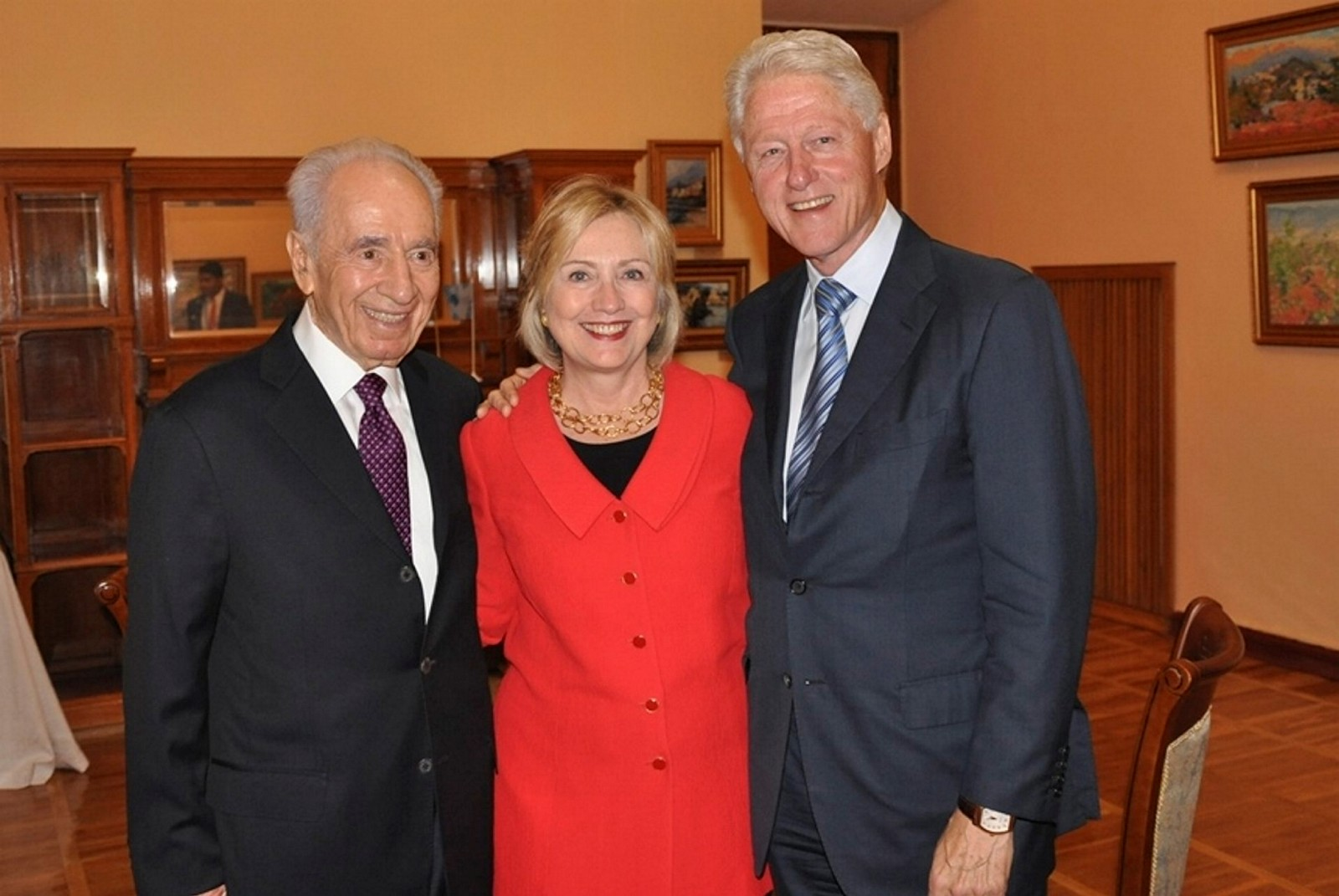 Shimon Peres meets with former US president Bill Clinton and US democratic presidential candidate Hillary Clinton at a conference in Ukraine in 2013. Photo by Flash90