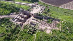 The Tel Lachish National Park and the exposed gate structure, left. Photo by Guy Fitoussi/Israel Antiquities Authority