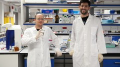 Doctoral students Dan Kallmann, left and Gadiel Saper with spinach extract in the Technion Hydrogen Lab. Photo: courtesy